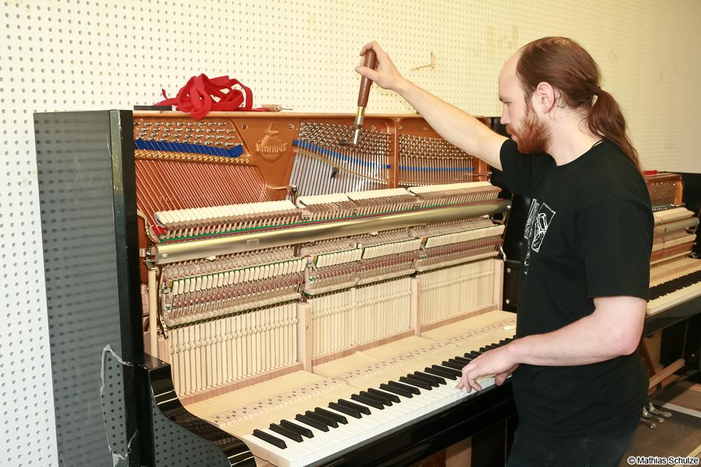 Der Klavierbauer Stephan Brandenburger bei der Arbeit